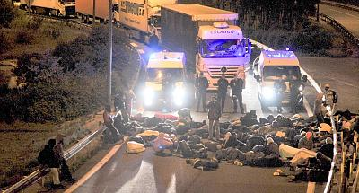 Click image for larger version.  Name:2B0D119F00000578-3183668-Sit_in_French_police_watch_as_the_crowd_of_migrants_blocks_an_ac-a-8_14.jpg Views:0 Size:197.1 KB ID:102980